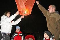 Zapálením létajících luceren štěstí vyvrcholil třetí ročník lampionového průvodu, kterým si obyvatelé Veverské Bítýšky připomínají svátek svatého Martina.
