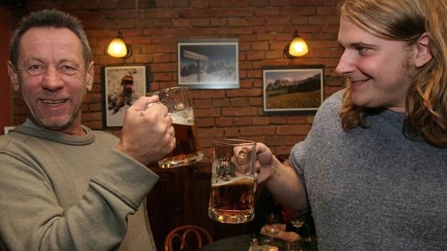 Sochař Oldřich Rujbr (vlevo) s kolegou Petrem Kameníkem oslavují výhru v jedné z brněnských kaváren