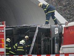 Havarovaný kamion zablokoval Pisárecký tunel v Brně
