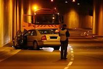 Havárie auta v Husovickém tunelu v Brně.