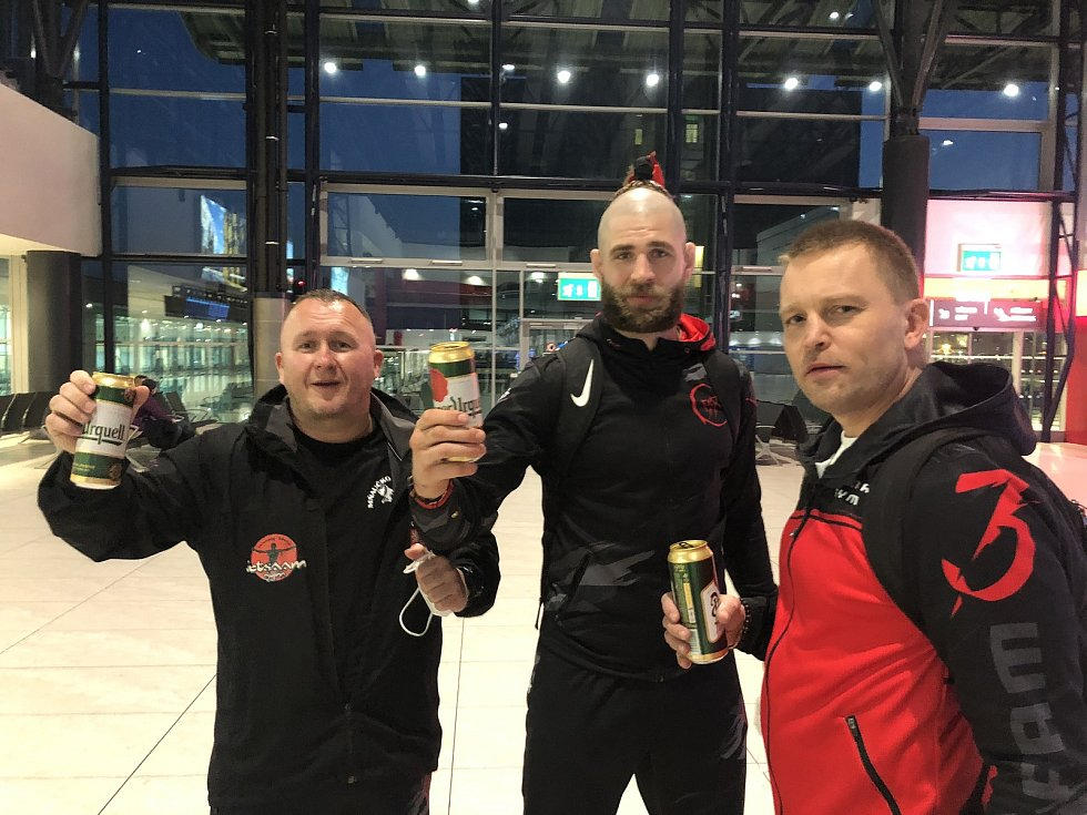 Odlet Jiřího Procházky a jeho trenérů Jaroslava Hovězáka (vlevo) a Martina Karaivanova (vpravo) z Prahy na UFC do Las Vegas.