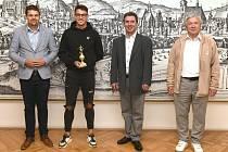 Líšeňského fotbalistu Jana Silného (druhý zleva) přijali na brněnské radnici náměstek primátorky Petr Hladík (úplně vlevo) a radní pro sport Jaroslav Suchý (druhý zprava). Na snímku je i předseda líšeňského klubu Karel Hladiš (úplně vpravo).