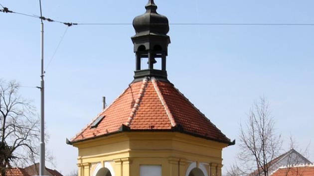 Kaplička v brněnské Staré Slatině stojí uprostřed křižovatky. Dodnes v ní zvoník zvoní umíráček.