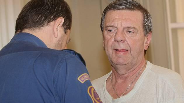 Jedenašedesátiletý Miloň Fichtl u Krajského soudu v Brně.