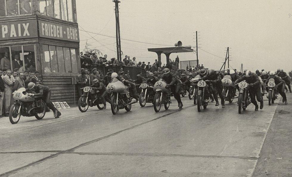 Start jednoho z prvních ročníků Grand Prix v Brně.