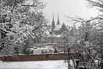 Sněhová nadílka v Brně. Pohled z areálu Špilberku.
