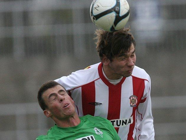 Fotbalista Tadeáš Zezula (v pruhovaném) ještě v dresu brněnské Zbrojovky.