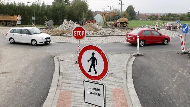 Stavba nového kruhového objezdu u Bedřichovic na Šlapanicku.
