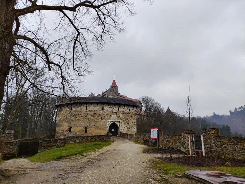 Prní nádvoří hradu Pernštejn.