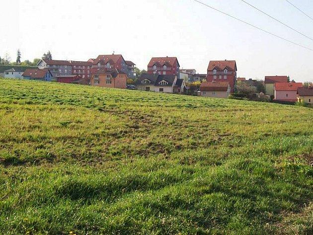 Nové černovické sídliště vznikne v lokalitě Kaménky. Investor ale stavbu ještě odložil, musí vyřešit dopravu propojením Charbulovy a Olomoucké ulice.