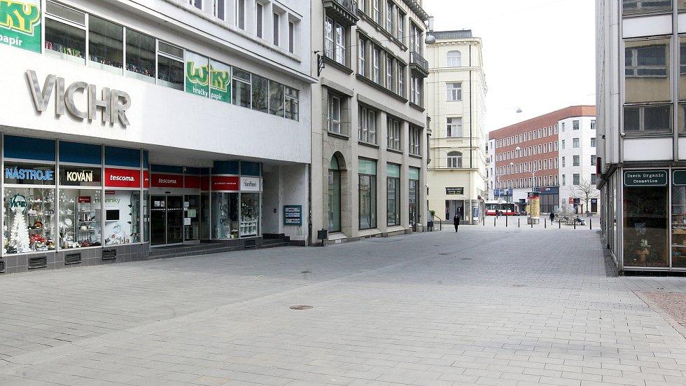 Brno 20.3.2020 - srovnání místa před a po zákazu pohybu bez zakrytých úst a nosu - ulice Kobližná
