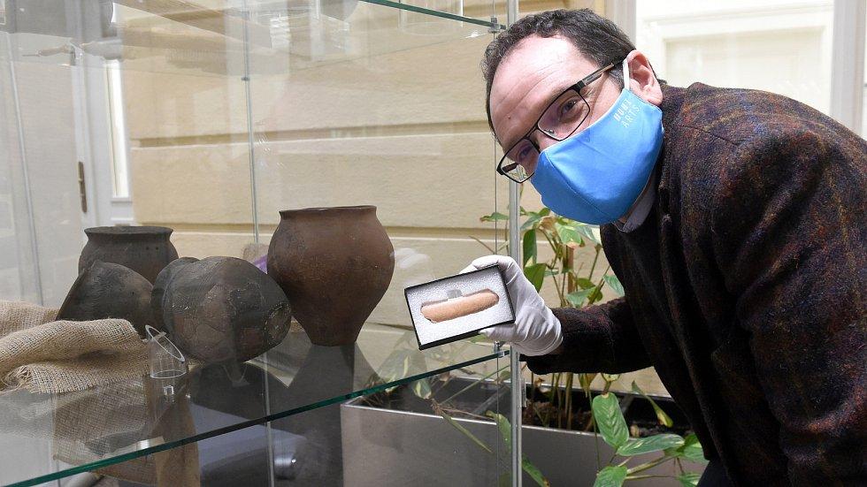 Runová kost, unikátní nález archeologů MU v nalezišti Slovanů v lokalitě u Břeclavi. Jde o nápis na kosti ve starogermánských runách (znacích).