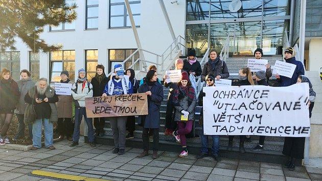 Aktivisté blokovali vstup nového ombudsmana do úřadu.