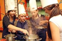 Sedmáci, osmáci a deváťáci se v kuchařské soutěži pořádané brněnským magistrátem utkali o titul Kuchař kadet.