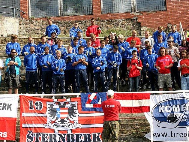 Fanoušci brněnské Zbrojovky uklízí stadion za Lužánkami.