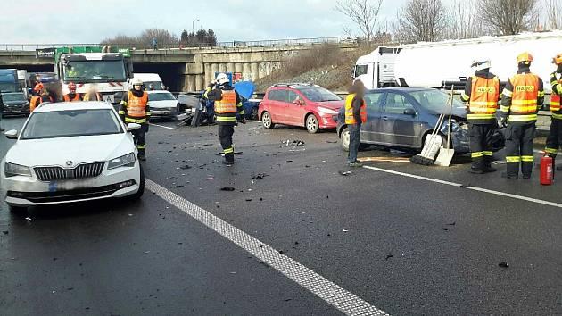 Hromadná nehoda zablokovala D1 ve směru na Ostravu. Čtyři lidé se zranili