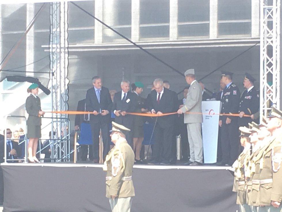 Prezident přestřihl pásku a zahájil tak zbrojařský veletrh IDET.