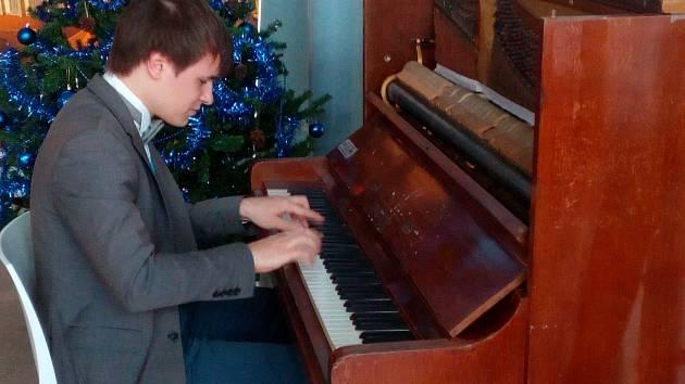 """Odlétat na dovolenou přímo z klavírního koncertu? Na letišti v brněnských Tuřanech realita už rok. """"Cestující si klavír oblíbili, nejčastěji na něj hrají známé filmové melodie a často je hra velmi profesionální,"""" informoval Jan Přikryl z letiště."""