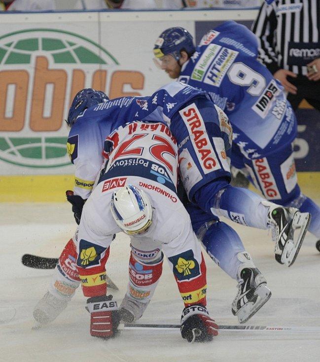 Kometě se nepodařilo porazit Pardubice. Týmu se nedařilo v závěrečných nájezdech. Na snímku Kolář a Zohorna.