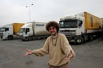 """""""Jezdím už tři roky. Dal jsem se na to hned po škole, i když mě šoféřina bavila první půlrok,"""" řekl třiadvacetiletý Michal Faško z Kouřimi."""