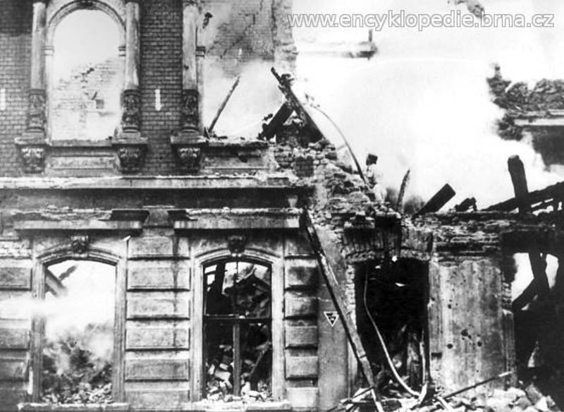 Hašení hořících domů v Údolní ulici č. 47-51 - konec války (1944-1945).