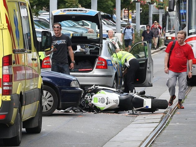 Motorkář se střetl s autem v Kounicově ulici.