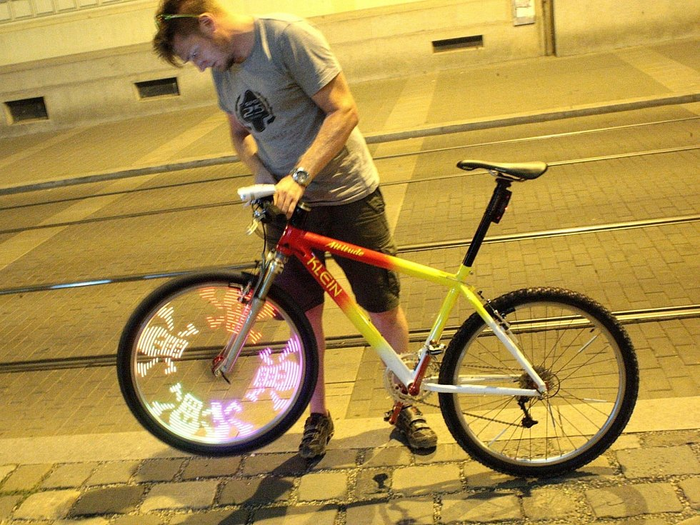 Vánoční osvětlení, led diody a neonová světla oživila sobotní noc v centru Brna. Před kinem Scala se sešly desítky cyklistů, kteří se vydali na noční cyklojízdu městem.