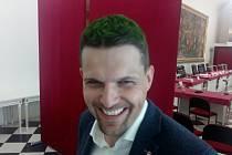 Představitelé brněnského magistrátu přicházejí s novou výzvou a kampaní Připrav Brno. Jejím cílem je informovat co nejvíce lidí o tom, jak se lépe připravit na měnící se klima. Náměstek primátorky Petr Hladík si kvůli tomu nechal obarvit vlasy nazeleno.