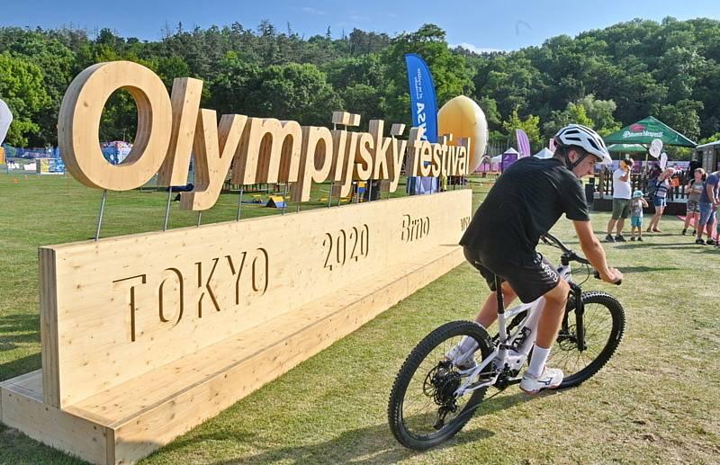 Popis fotky: Sport-olympijské-festival-Brno - V Brně se 23. července 2021 otevřela sportoviště Olympijského festivalu. Návštěvníci si zde mohou vyzkoušet 30 sportů.    Brno - Červenomodrá rohožka je plná dětí. Část z nich má bílé kimono, druhá část se sna