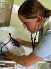 Studentka střední zdravotnické školy Petra Grexová u praktické maturitní zkoušky.