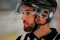 Teprve čtyřiadvacetiletý nadějný hokejový rozhodčí Pavel Lainka podlehl v sobotu následkům těžkého zranění, které utrpěl v závěru srpna při řízení přípravného utkání mládežnických týmů mladších dorostenců Warrioru Brno a Mladých Draků Šumperk.