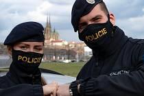 Přes dvě stě lidí odtrasovali v posledních dnech jihomoravští policisté. Už druhý týden zjišťují rizikové kontakty pro hygienické stanice v celé České republice.