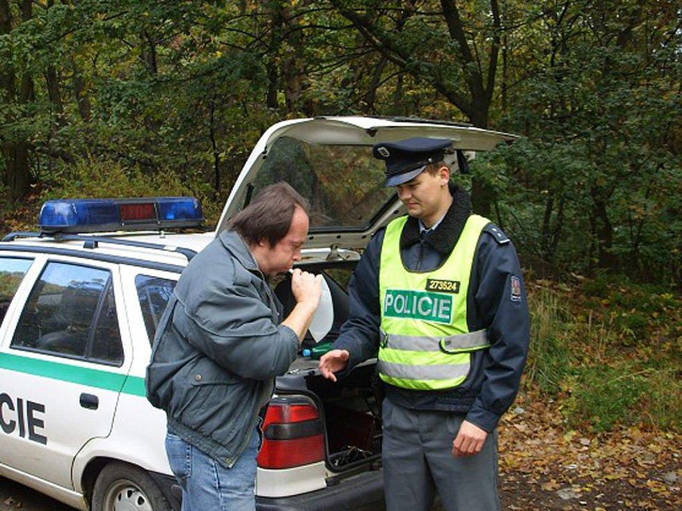 Policisté kontrolovali řidiče a hlídali zaparkované stroje