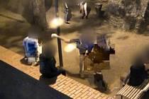 Skupina mladíků se v sobotu v noci na terase nad brněnskou ulicí Bašty bavila tím, že ničila sloup lampy.