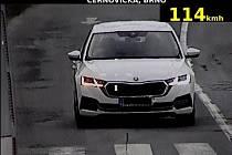 Nejvyšší možnou pokutu vyměřili ve středu policisté cizinci, který neuvolnil pruh sanitce. Při letošní bezpečnostní akci nazvané Speed Marathon řešili přes dvě stě padesát přestupků.