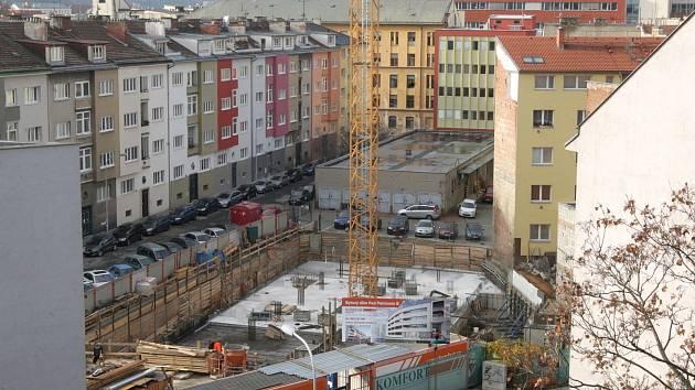 Nový bytový dům roste mezi ulicemi Kopečná a Jircháře v Brně.
