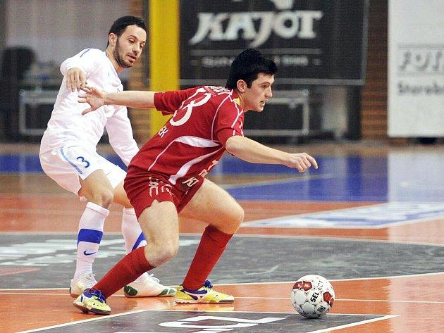 Futsalisté brněnského Helasu (v červeném Jan Pánek) slaví postup do nejvyšší soutěže.