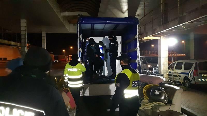 U Lanžhota policisté při kontrole objevili dvanáct migrantů.