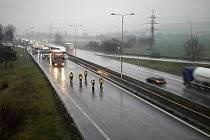 Hromadná nehoda tří kamionů a osobního auta zastavila 21. prosince provoz na dálnici D1 na 190. kilometru ve směru na Brno.