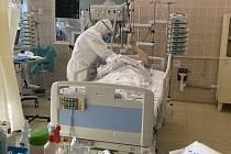 Pacient na lůžku v brněnské nemocnici.