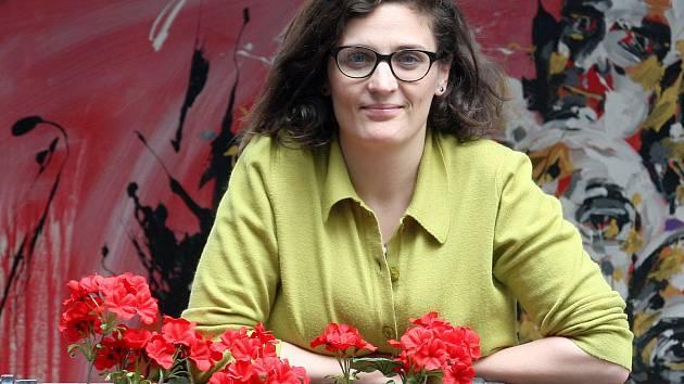 Režisérka Anna Petrželková na alžbětínské venkovní scéně Divadla Husa na provázku.