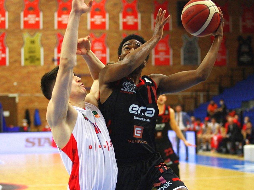 Z basketbalového utkání play off Kooperativa NBL Nymburk - Brno (99:74).