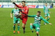 Fotbalisté Zbrojovky (v červeném Antonín Růsek) prohráli 1:2 na hřišti Bohemians 1905.