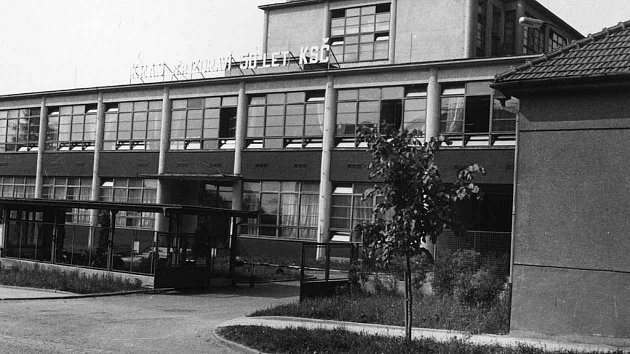 Proslavil se kvalitními pánskými obleky, poslední roky však vněm pod rukama švadlen vznikaly idětské autosedačky. Vroce 2007, po více než padesáti letech boskovický Kras ukončil svoji výrobu.
