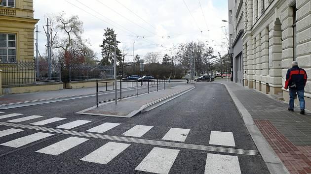 Trolejbusy na nové bezbariérové zastávce Česká: podívejte se, jak to tam vypadá