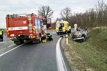 U Pohořelic na Brněnsku mladý řidič převrátil auto na střechu. Hasiči ho museli vyprostit.