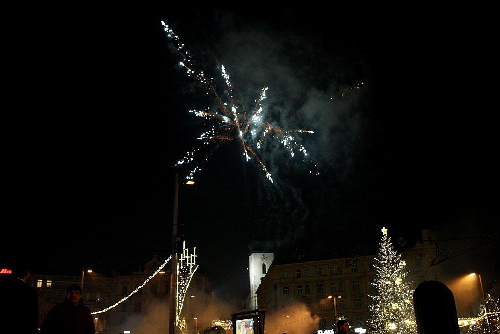 Dunivý rachot a světla rachejtlí oslnily při novoročních oslavách brněnské náměstí Svobody.
