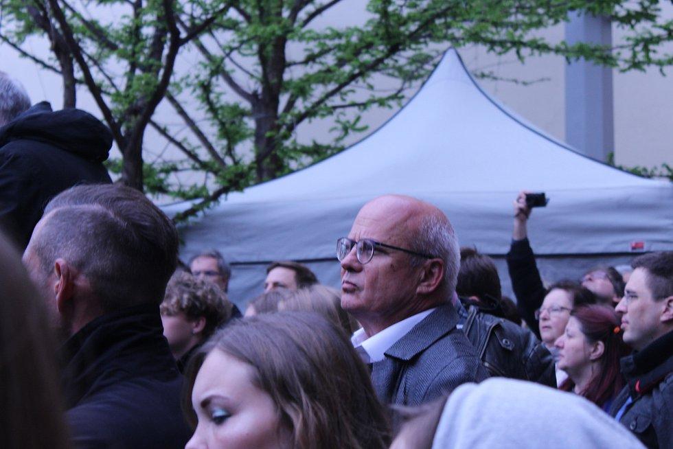 Demonstrace za svobodnou justici se v pondělí v Brně zúčastnilo podle policie 2000 lidí. na pódiu vystoupil i Michal Horáček.