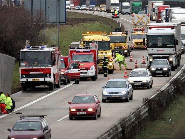 Dopravní zácpa způsobená nehodou dvou kamionů a jednoho osobního auta