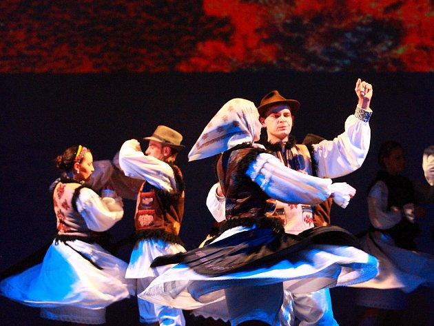 Taneční divadlo Ifjů Szivek přijede na festival F-scéna poprvé. Tento slovenský soubor se zaměřuje především na maďarské taneční umění a lidový tanec v Karpatské kotlině.